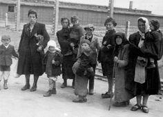 Mujeres judías con sus niños caminan hacia las cámaras de gas ignorando la suerte que les espera.