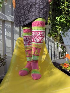 Sain valmiiksi Muhu-sukat. Tai no myönnettäköön, että kuminauha pitäisi vielä laittaa paikoilleen. Sitten joku päivä.     Loistavat niityt  ...