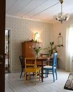 """Vietettiin viikonloppuna """"Pullan"""" ristiäisiä ja taas sunnuntaina katetaan pöydät täyteen. #yhtäjuhlaa #jouluontaas #myhome #myvintageinterior #rintamamiestalo #oldhouse #livingroom #värikäskoti Red Cottage, Cottage Style, Cottage Design, House Design, Wooden House Decoration, Scandinavian Cottage, Interior Decorating, Interior Design, Retro Home"""