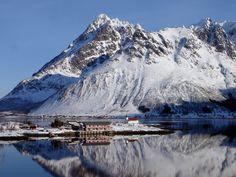 A península Sildpollneset, no fiorde Austnes  e a montanha Higravtindan, com 1.146 m, em Vågan, arquipélago de Lofoten, condado de Nordland, Noruega. Higravstinden é a montanha mais alta na ilha de Austvågøya.    Fotografia:  Øystein Bjørke.