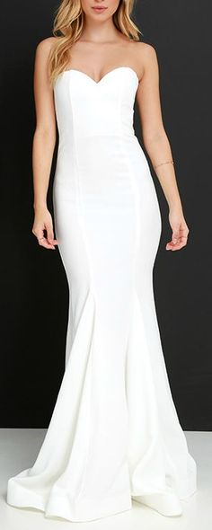 I don't like strapless wedding dresses, but the simplicity of this one is beautiful.