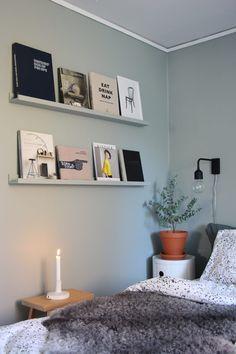 Shelves to display art books Beautiful Interior Design, Interior Design Kitchen, Bedroom Inspo, Bedroom Decor, Bedroom Green, Cozy House, Home Decor Inspiration, Decorating Your Home, Shelves