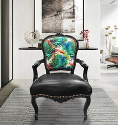 [Limited Edition]Louis XV style baroque armchair with fabric printed with foliage and pink flamingos on the backrest and black faux leather on the seat with black lacquered wood. ideal for an original and refined decoration.