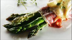 Asparges med skinke og brie  Slik gjør du:1. Knekk aspargesen i bunnen av stilken, den nederste delen er ofte treaktig, den bør knekke av seg selv der stilken begynner å være spiselig og mør. Kok aspargesene i ca. 3 min.2. Lag bunter av 3-5 asparges og pakk dem inn i tynne skiver av spekeskinke (gjerne Parma- eller Serranoskinke). Drypp litt olivenolje på stekebrettet og over aspargesbuntene som til slutt strøs med grovmalt pepper.3. Stekes på 225 grader i ca. 10 min. Når det gjenstår ca. 3…