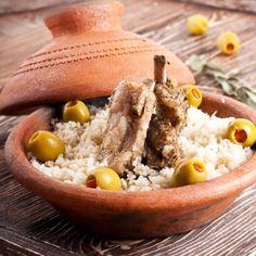 Kochen mit der Tajine, hier erklären wir wie es funktioniert und haben ein paar Tipps für Euch. https://www.soukdumaroc.de/wissenswertes/kochen-mit-der-tajine