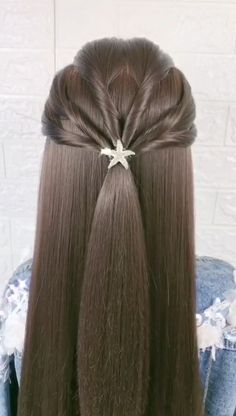This pretty and easy chignon is perfect for the women who would rather snooze than wake up early to do their hair. It looks well put together and charming. You only need a couple bobbypins, 2 minutes and it's done! Long Ponytail Hairstyles, Long Ponytails, Braided Hairstyles For Wedding, Cute Hairstyles, Hairstyles Videos, Easy Chignon, Braided Ponytail, Wedding Beauty, Hair Wedding