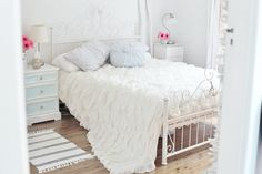 Relaxing Shabby Chic Bedroom Ideas With Decorations: Amazing White Mattress  Color Bedroom Design Idea Finished In Modern Design For Best Shabby Chic  Bedroom ...