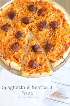 Spaghetti & Meatball Pizza - kids love this stuff ! ~~ Had to pin this as I named my board Pizza & Pasta ~~ carb on carb would never make this but love the pic :)) Stoner Food, I Love Food, Good Food, Yummy Food, Paleo Food, Pasta Pizza, Spaghetti Pizza, Leftover Spaghetti, Spaghetti Squash