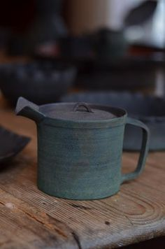Amazing teapot by Tsuyoshi Omura, lov ethe colour and the texture of the glaze.