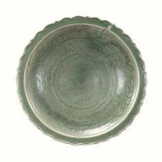 Important plat du Lonquan à marli polylobé en épaisse porcelaine. Chine, dynastie Yuan, 1279 à 1368. Photo Europ Auction - Paris