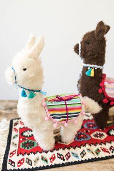 Anleitung für ein genähtes DIY Alpaka Kuscheltier als selbstgemachtes Geschenk für Kinder zu Weihnachten mit kostenlosem Schnittmuster