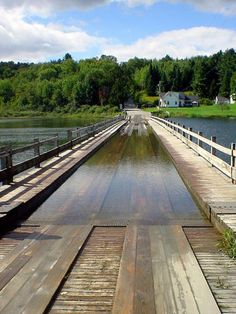 Discover Floating Bridge of Brookfield, VT in Brookfield, Vermont: One car at a time please. New England States, New England Travel, Rhode Island, Connecticut, Great Places, Places To See, Maine, Stowe Vermont, Covered Bridges