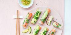 Springrolls zijn multi-inzetbaar: fijn als snack bij de borrel, lekker als lichte avondmaal en heerlijk als meeneem-lunch naar het werk. Deze lichte loempiaatjes met gember-bosuidip zijn ook nog eens gemakkelijk te maken. Dit heb je nodig voor 12 stuks 100 g dunne rijstnoedels* 1 avocado, in heel dunne plakjes sap van 1 limoen 12 rijstvellen*… Spring Rolls, Avocado, Sashimi, Fresh Rolls, Food To Make, Foodies, Appetizers, Healthy Recipes, Meals