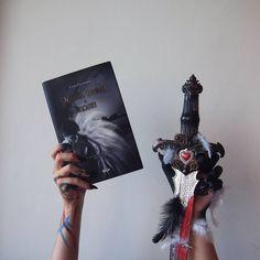 #daughterofsmokeandbone #dceradymuakosti #lainitaylor #angels #monsters #sword #bookaesthetic #book #bookreview #freather #blood Laini Taylor, Daughter Of Smoke And Bone, Book Aesthetic, Monster S, Book Review, Sword, Angels, Clock, Books