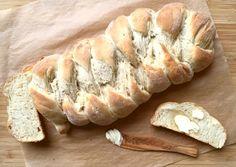 Hefezopf backen: Der duftet, wie er schmeckt. Kaum aus dem Ofen, schmilzt schon die Butter auf der ersten warmen Scheibe. Ein Hefezopf Thermomix Rezept von http://www.meinesvenja.de/2015/09/17/hefezopf-backen/