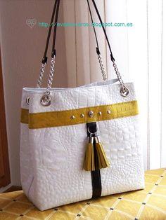 Bolso de cuero blanco cosido a mano,con detalle de calavera y borlas. Handcrafted white leather bag. Hand stitched #leather #leathercraft #cuero #piel #purse #bag #bolso#handcrafted