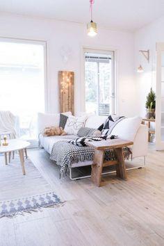 decoration-grise-blanc-et-noir-cosy-et-chaleureuse-dans-un-interieur-scandinave-parquet-coussins-imprimes-mur-lambris-bois