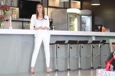 Calça branca em sarja, blazer em crepe e camisa manga curta