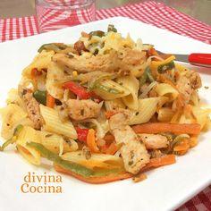 Esta receta de macarrones con pollo y verduras es perfecta para mesas familiares. Es un plato completo que puede prepararse con cualquier carne a tu gusto.