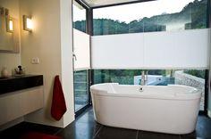 Badkamer inrichting met ligbad | badkamer ideeën | design badkamers | bathroom decor | Hoog.design