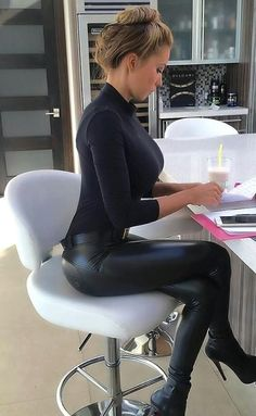 Working via TOP 10 most beautiful girls in the world Shiny Leggings, Tight Leggings, Hot High Heels, Sexy Heels, Leather Bodysuit, Leder Boots, Tight Leather Pants, Leder Outfits, Latex Fashion
