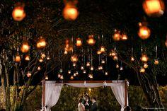 Um casamento maravilhoso, realizado ao ar livre e durante à noite, em Belo Horizonte. Muitas velas compunham a romântica decoração!
