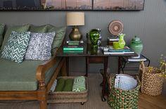 Tudo belo e útil na decoração proposta por Marina Linhares. #sofá #verde #cesto #objeto #abajur #ratam