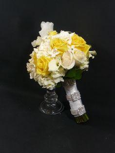 #flowerfusion #wedding #fowers #wedding #florist #bridal #bouquet #roses #yellow #white #glamorous
