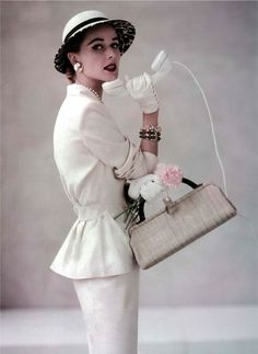 ~Christian Dior 1952 - Peplum with pencil skirt~ Women's vintage fashion photography photo image designer Vintage Glamour, Vintage Dior, Moda Vintage, Vintage Couture, Vintage Mode, Vintage Beauty, Vintage Style, Vintage Glam Fashion, Elegance Fashion