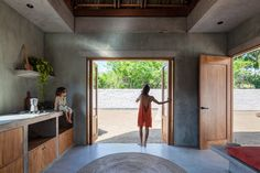 Circular opening illuminates patio for yoga coastal Mexican holiday house Architecture 101, Tropical Architecture, Stucco Walls, Contemporary Building, Concrete Structure, Thatched Roof, Pacific Coast, Concrete Floors, Living Spaces
