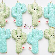 💚🌵 pretty cactuses/cacti all in a row 🌵💚 #christmascactus #hfhchristmas #heartfelthandmade #glittercactus #happycactus #cactusornaments
