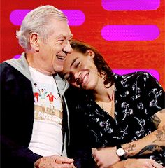 Ian McKellen and Harry Styles ^ that's so cute!<<omg im crying i love this so much