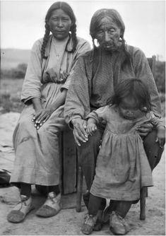 De izquierda a derecha: Medicine Woman (Mujer Medicina) con su padre Black Whetstone (Piedra de Afilar Negra) y su hija Agnes Medicine Top. Cheyennes del Norte. Piedra de Afilar Negra está sujetando a su nieta. Fotografía tomada por Thomas Bailey Marquis, alrededor del año 1925.