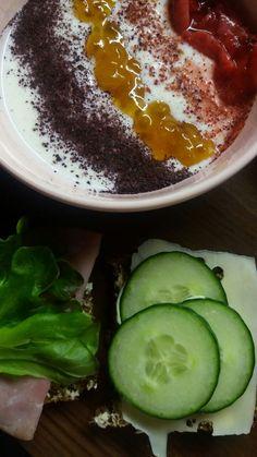 Välipalaa.. soijajogurtti: marjajauheita, lakkaa ja mansikkaa. Sekä ruisleipiä..