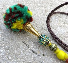 Collier : C'est le pompon/1 - bijou artisanal - Collection Pompons/Colliers - Bijoux insolites - Créatrice de bijoux