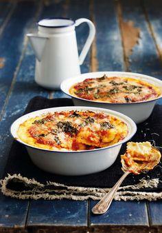 Lasagne bestaan gewoonlik uit o.m. bolognaise-sous en pastavelle. Met dié maklike gereg spaar jy baie tyd omdat jy nie die vleissous hoef te kook nie. Pleks daarvan gebruik ek beesvleis-ravioli, wat jy sommer in die winkel koop. Ravioli is rou pastapakkies met 'n vulsel.