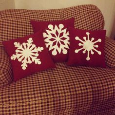 Different snowflake patterns- Christmas pillows Christmas Sewing, Christmas Fun, Christmas Decorations, Christmas Cushions, Christmas Pillow, Sewing Pillows, Diy Pillows, Pillow Ideas, Decorative Pillows