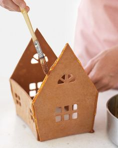 Swedish Gingerbread House How-To Secret to gluing a gingerbread house together - using caramel syrup Gingerbread House Template, Cool Gingerbread Houses, Gingerbread House Parties, Christmas Gingerbread House, Gingerbread Cookies, Gingerbread House Glue Recipe, Gingerbread Village, Christmas Houses, Christmas Goodies