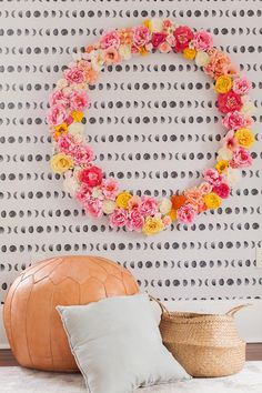 Gahh this DIY giant floral frame with a diy hula hoop is a MUST! Diy Centerpieces, Diy Party Decorations, Handmade Decorations, Diy Wedding Favors, Wedding Crafts, Wedding Ideas, Wedding Inspiration, Diy Garland, Diy Wreath