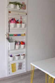 Diy para ordenar un espacio creativo. Organizador realizado con una barandilla de cuna. Puedes organizar tijeras, lápices y mucho más.