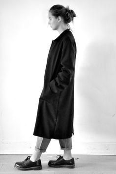 manteau mixte en lainage stretch noir (doublure en jersey rayures claires) - LE VESTIAIRE DE JEANNE (NEW), pull ouvert en maille gris sombre - LE VESTIAIRE DE JEANNE, pantalon droit en lainage gris clair - LE VESTIAIRE DE JEANNE