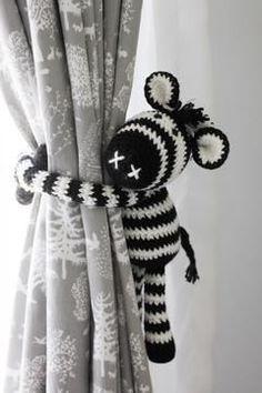 Zebra Curtain Tie Back - Crochet Pattern via Makerist.com   #crochetingwithmakerist #crocheting #crochet #kidsroom #nurserydecor