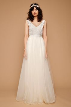Tulle gown with lace details, open back and ribbon around the