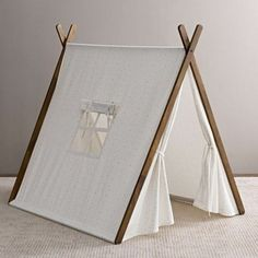 tipi interieur toile blanche ouverture pour une fenêtre un joli complément Diy Teepee, Teepee Tent, Teepees, Forts, Kids Tents, Teepee Kids, Toddler Rooms, Play Houses, Diy For Kids