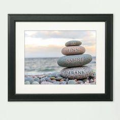 Lasse die Namen deiner Familie oder deiner Freunde auf einem Bild drucken. Ein personalisiertes Bild Steinmännchen ist ein persönliches Kunstgeschenk.