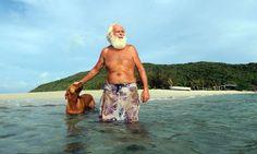 Foi viver sozinho numa ilha: David Glasheen, que hoje tem sessenta e poucos anos, vive da pesca de peixes e carangueijos, e da coleta de bananas, cocos e frutas nativas. Ele também cultiva seus vegetais e – vejam só – produz sua própria cerveja.