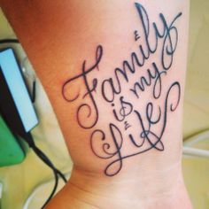 "Este es mi 4to tattoo. ""Family is my life"" (la familia es mi vida)"