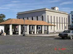 Rio Grande, RS - Brasil Banca de peixe do mercado público e, ao lado, fundos da biblioteca pública
