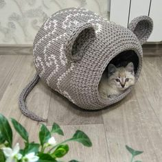 Can anything brighten a day quite like a cat houses? These 50 cat houses are small to large you crack a smile. Diy Crafts Crochet, Yarn Crafts, Crochet Projects, Chat Crochet, Crochet Mouse, Crochet Cat Beds, Arm Crocheting, Diy Cat Bed, Confection Au Crochet