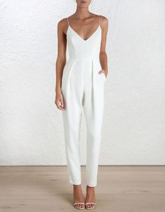 Bridal Shower outfit: classic and dressy white jumpsuit and minimalist white heels Mode Monochrome, Street Style Outfits, Summer Bridal Showers, Mode Inspiration, Fashion Inspiration, Mode Style, Look Fashion, Fashion Spring, Dress Fashion